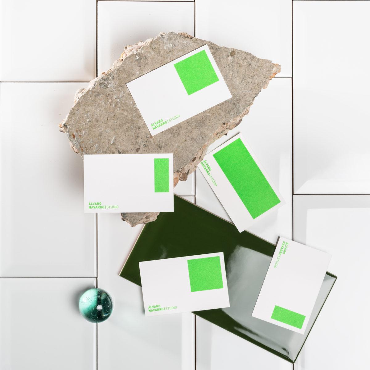 Fotografía de Producto Bodegón de Varientes de Tarjetas Comerciales diseñadas por Pablus para Álvaro Navarro Studio sobre un trozo de Hormigón y Azulejos.